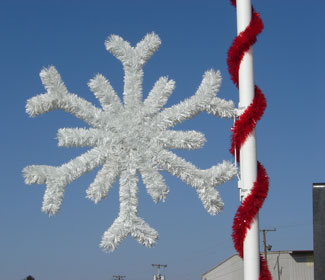 white garland snowflake light pole decoration - Christmas Pole Decorations