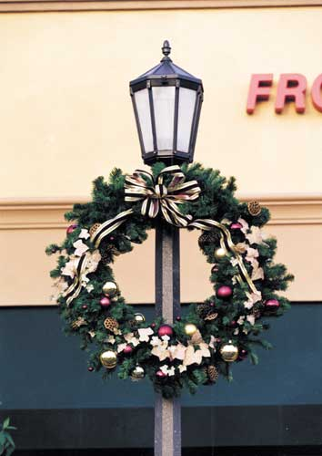 Outdoor Christmas Lamp Posts.Giant Outdoor Christmas Wreaths Sprays And Greenery